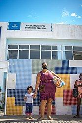 Balconista Deisiane Souza levou a filha Marina Beatriz para conhecer o colégio
