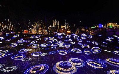 Decorações e luzes de Natal são vistas sobre o Rio de Cali, em Cali, Colômbia.