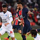 González e Neymar em lance na partida: brasileiro acusa espanhol de racismo
