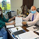 Secretário e vice-prefeita assinam contrato para abertura dos leitos