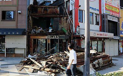 Casas destruídas pelos fortes ventos do tufão Joebi em Osaka. O tufão matou 11 pessoas e feriu centenas de outras no Japão.