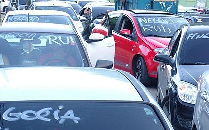 Grupo de PMs grevistas faz carreata até o CAB para cobrar medidas do governo