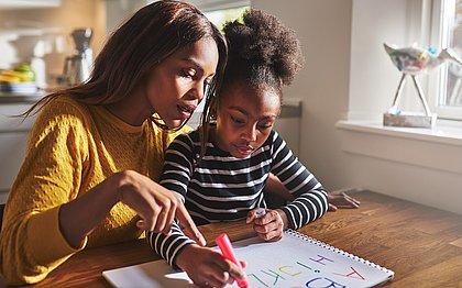 Uma criança que estuda em escola particular consegue ser alfabetizada aos seis anos, já um estudante da escola pública só consegue se alfabetizar aos oito anos