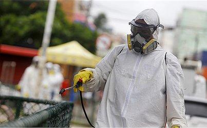Na Boca do Rio, um dos bairros com bloqueios mais rígidos, funcionários da prefeitura fizeram a limpeza das ruas para controlar a disseminação do coronavírus.