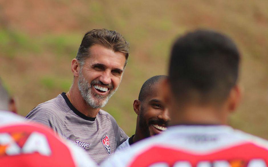62b0e3bce2 Rhayner (encoberto por outro jogador) é abraçado por Mancini no Barradão  (Maurícia da Matta   EC Vitória)