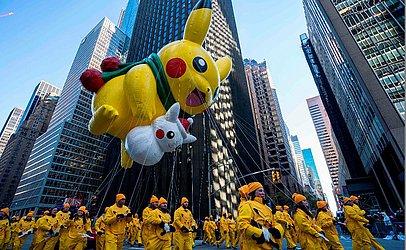 Pikachu (no alto) e o Snow Pikachu desfilam na 6ª Avenida durante a 92ª Parada anual do Dia de Ação de Graças da loja de departamentos Macy's em Nova Iorque.