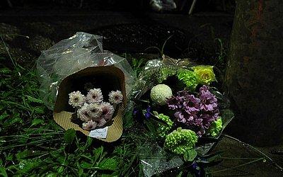 As primeiras flores deixadas em homenagem às vítimas