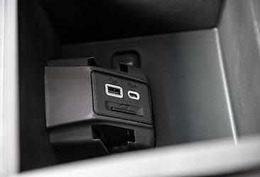 Há uma tomada USB tradicional e uma tipo USB-C, a primeira em um veículo nacional