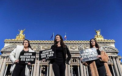Integrantes da Organização para o tratamento ético dos animais (PETA) protestam em frente à Opera Garnier em Paris para denunciar o uso de peles de animais na moda, no dia da abertura da Semana de Moda prêt-à-porter2019/2010.