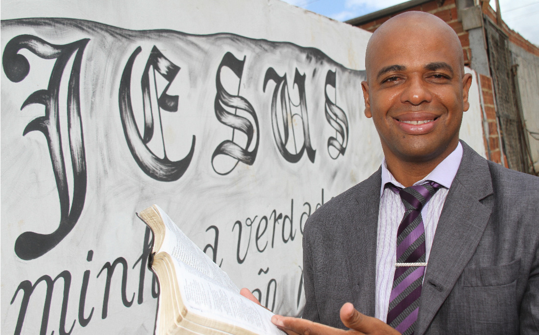 O Irmão Júlio, hoje missionário, dá seu testemunho em igrejas