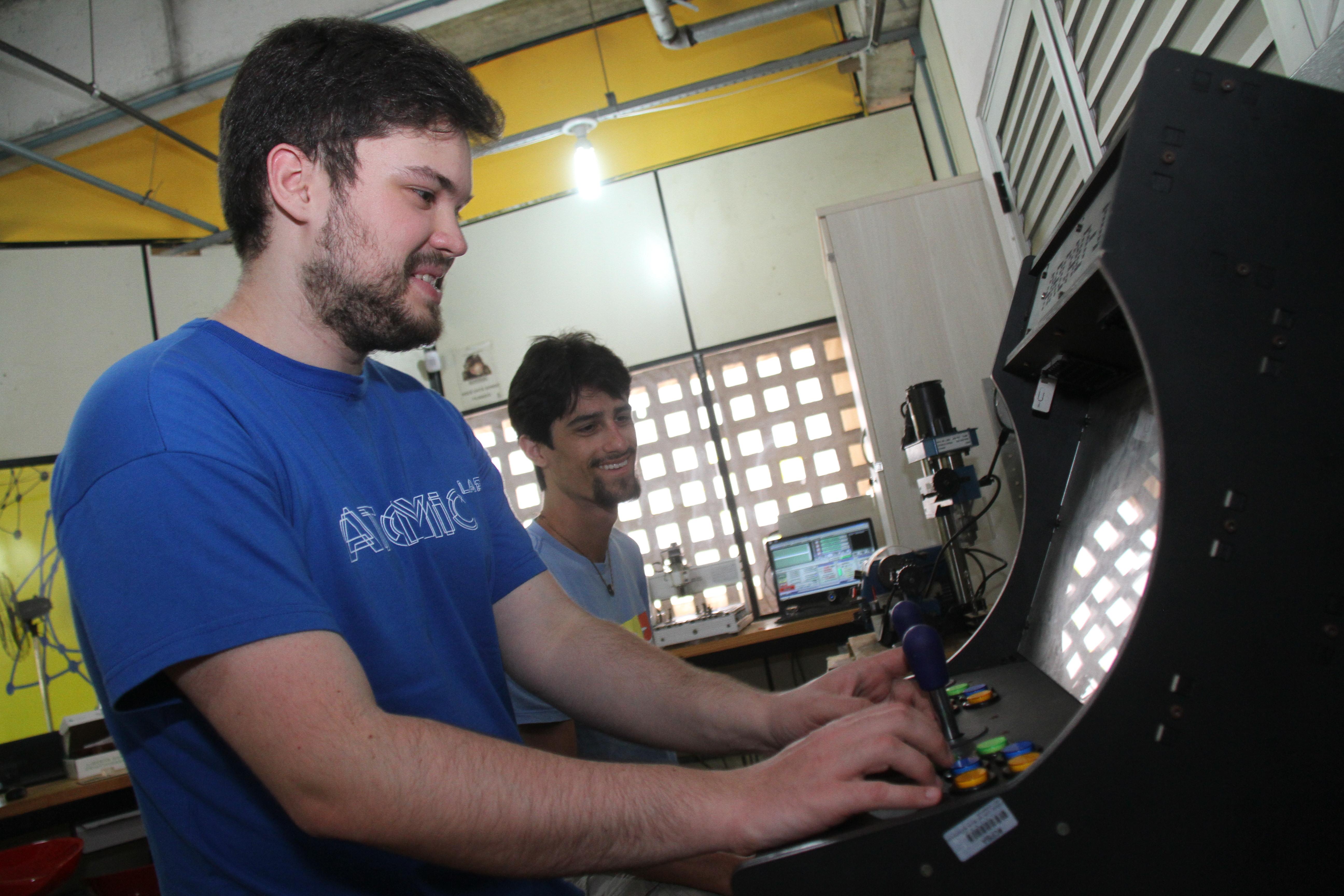 Fliperama: E também brincou com o fliperama criado pelos alunos da entidade