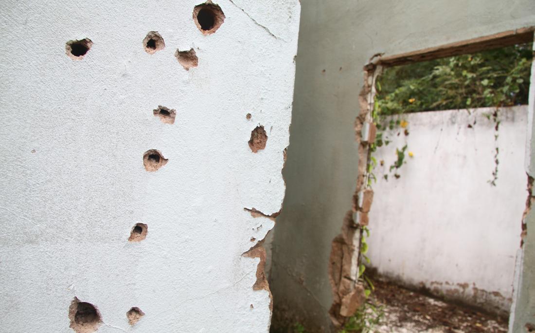 Marcas de tiros em parede de imóvel usado como cativeiro