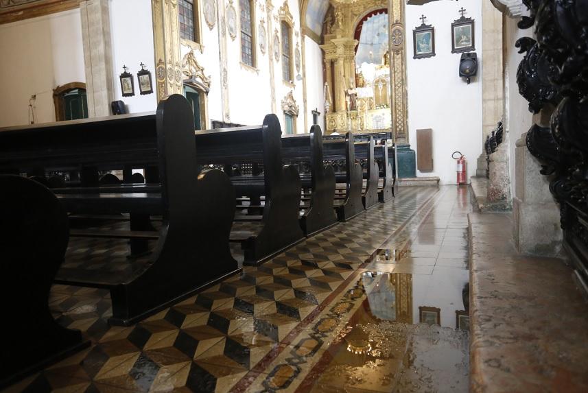 Nos dias mais chuvosos, os fiéis e responsáveis colocam baldes para tentar conter a água. Poças são inevitáveis
