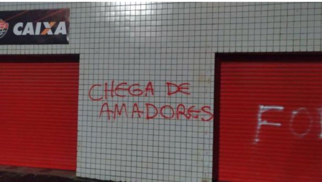 Muro do Barradão é pichado em protesto contra a diretoria - Jornal ... ecaa71c198c4e
