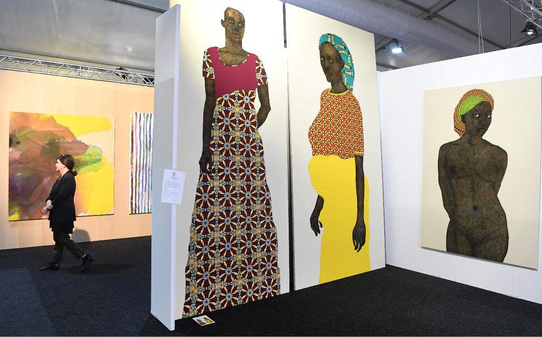 Telas do artista Pierre Mukeba são exibidas em um prévia da feira de arte de Melbourne em Melbourne na Austrália.