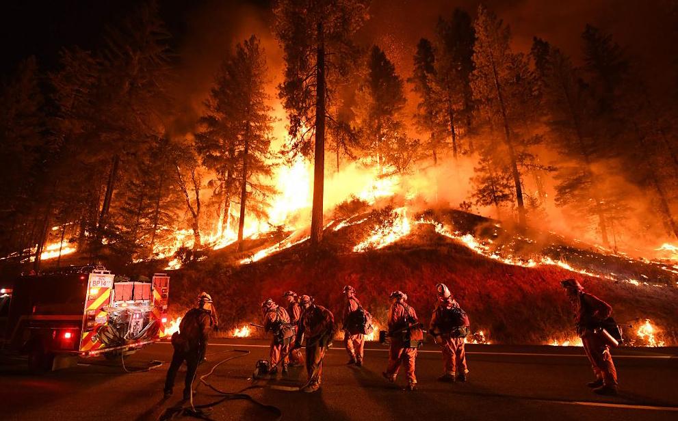 Incêndio florestal se espalha para as cidades de Douglas e Lewiston perto de Redding, na Califórnia. Dois bombeiros morreram e três pessoas, uma mulher de 70 ano de idade e seus dois bisnetos, também faleceram.