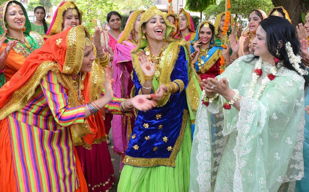 Indianas vestem o tradicional Punjabi e dançam o «giddha' durante o festival Teej em Amritsar. A festa anuncia a estação chuvosa