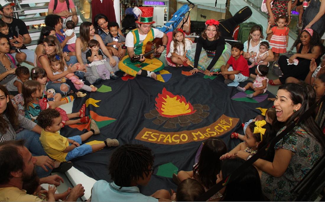 Grupo A Mama promoveu atividades lúdicas com música e brincadeiras para crianças