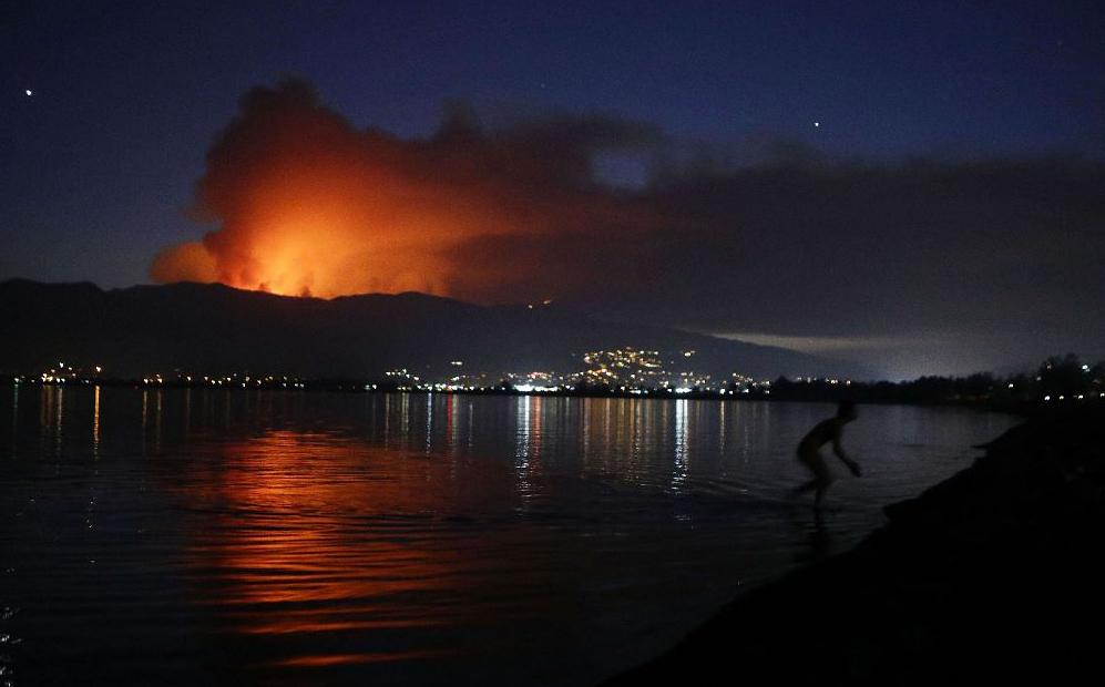 Vista do incêndio que na floresta Nacional Cleveland em Lake Elsinore, Califórnia.