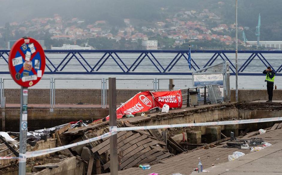 Plataforma à beira-mar em Vigo, onde uma parte do passeio de madeira desmoronou enquanto diversas pessoas assistiam um show de rap pouco antes da meia-noite de domingo. 316 pessoas ficaram feridas.