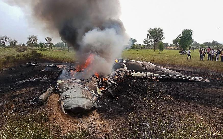 Um avião MiG-27 queima após cair durante uma missão de rotina nas imediações da aldeia de Devariya perto de Jodhpur. O piloto foi ejetado da aeronave em segurança.
