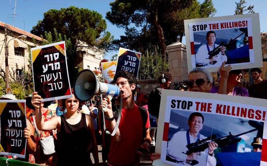 Israelitas protestam contra a visita do presidente filipino Rodrigo Duterte a Israel em frente ao complexo presidencial em Jerusalém.