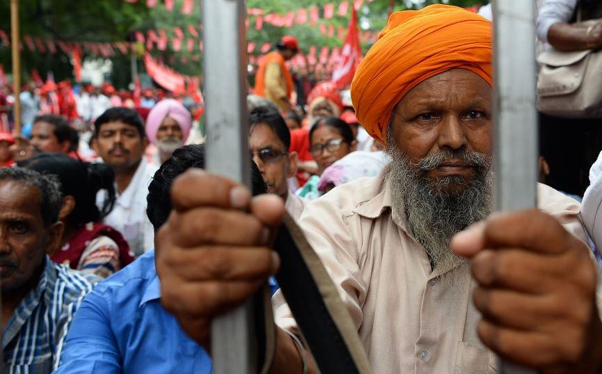 Manifestação do Sindicato central da Índia, filiado ao Partido Comunista em Nova Deli, exige que  o governo nacional implemente leis laborais eficazes que garantam um salário mínimo e mais oportunidades de emprego.