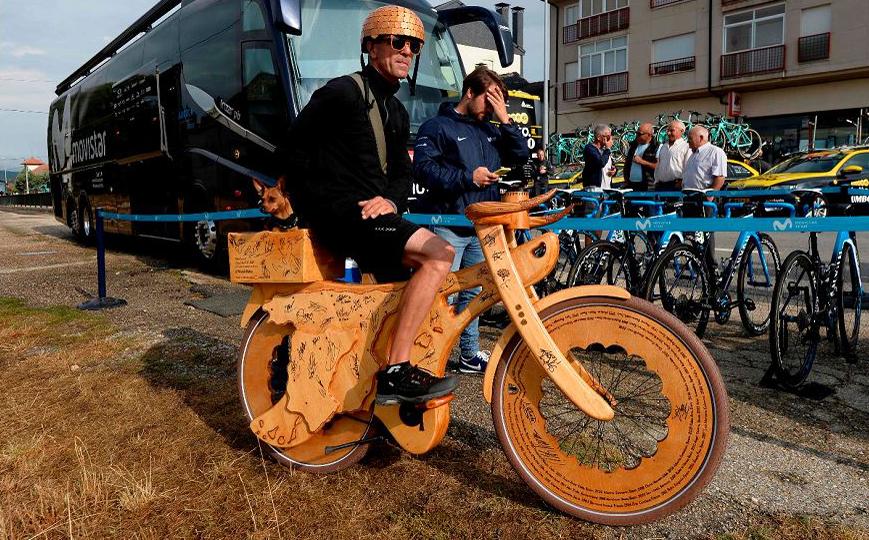 """O artista de rua eslovaco Milos Smilnak vai com sua bicicleta de madeira ao início da fase 11 da 73ª edição da corrida de ciclismo Tour """"La Vuelta"""" de Espanha."""