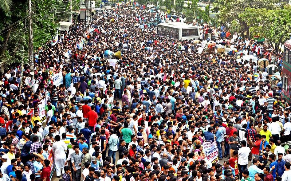 Manifestantes do partido nacionalista de Bangladesh (BNP) protestam em Dhaka pela  libertação imediata do ex- premier Khaleda Zia, que foi preso no início deste ano por acusações de corrupção.