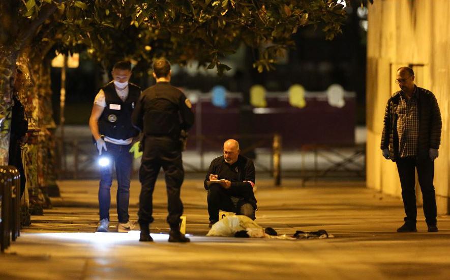 Polícia francesa investiga o local onde um homem atacou e feriu pessoas com uma faca e uma barra de ferro no 19º arrondissement. Domingo em Paris, sete pessoas, incluindo dois turistas britânicos foram feridos.