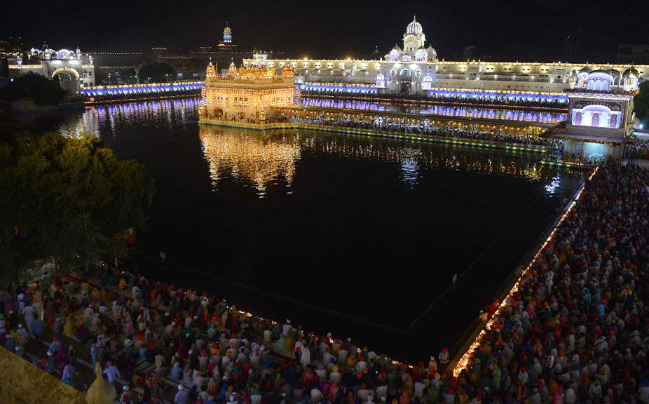 Aniversário de 414 anos da ascensão do Guru Granth Sahib no Templo Dourado em Amritsar.