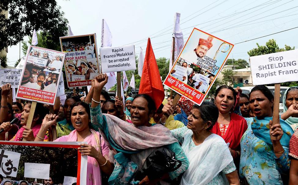 Mulheres indianas vão às ruas pedindo a prisão do um bispo católico Franco Mullackal que é acusado de estuprar uma freira, em Jalandhar