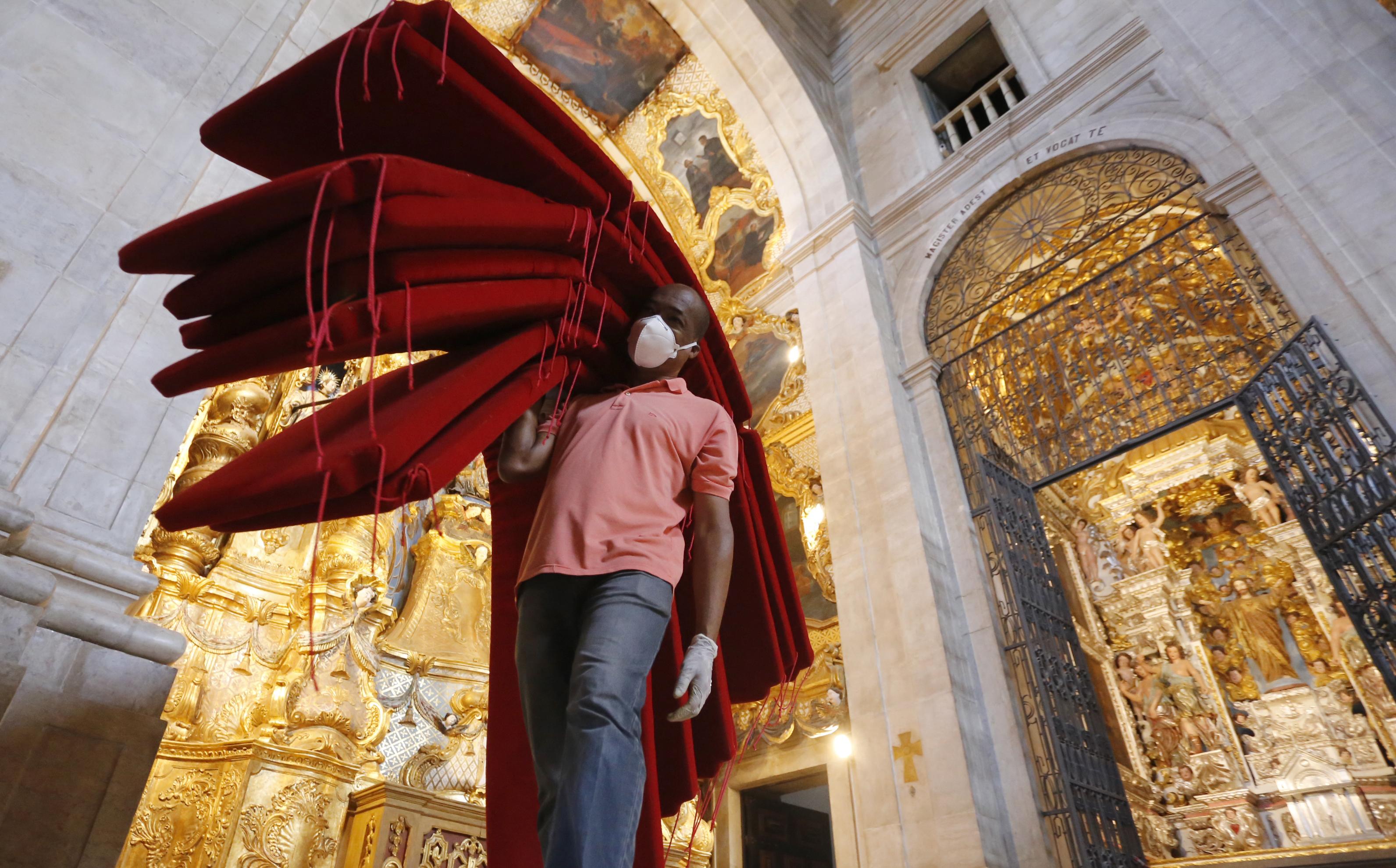 As almofadas foram refeitas seguindo o padrão da Catedral.