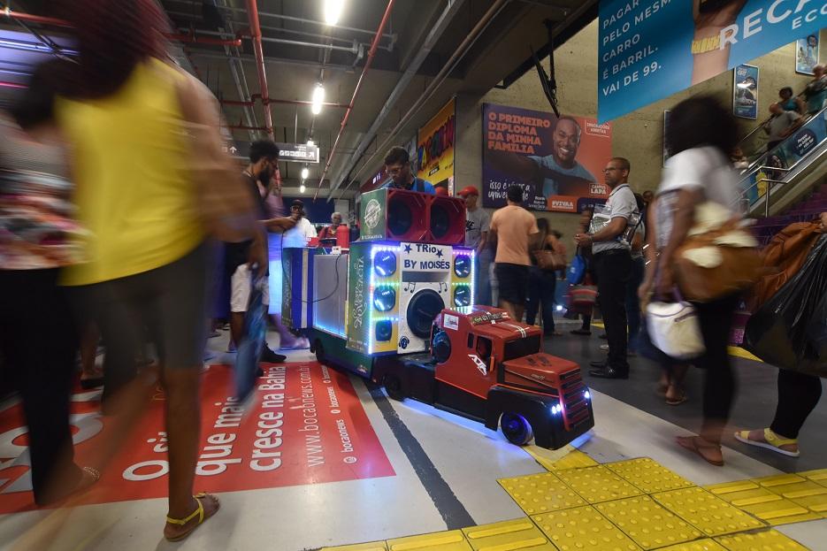 O carrinho de café feito por Moisés Santos fez o som da festa com sua potência de 1.600 watts