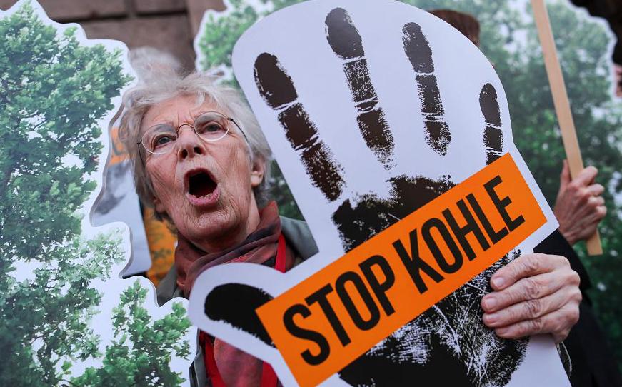 """Protestos contra o uso da energia de carvão na frente do Ministério Federal de economia em Berlim, onde a chamadoa """"Kohlekommission"""" (Comissão de carvão), está reunida."""