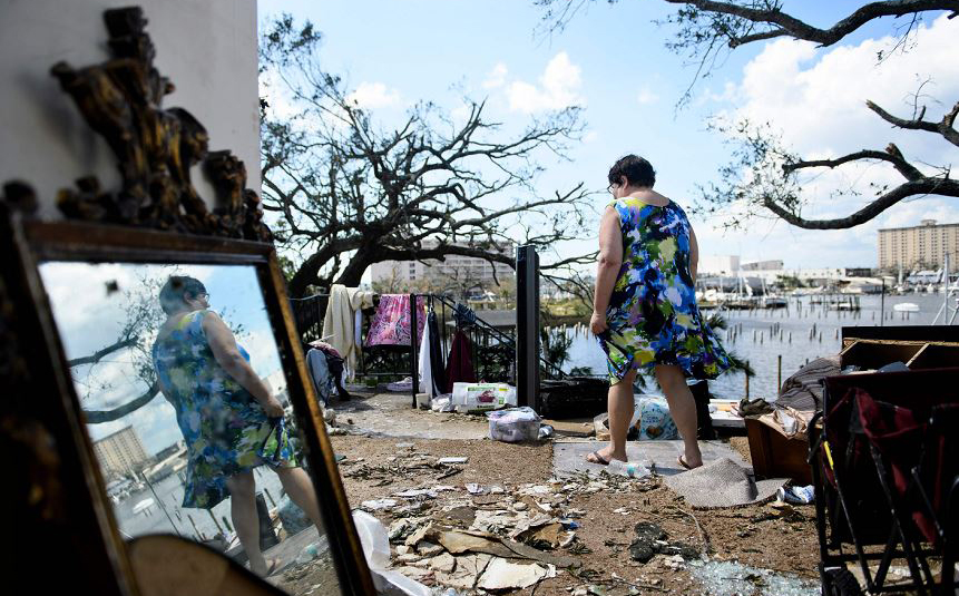 Teresa Sheffield observa os destroços da sua casa após a passagem do furacão Michael na cidade do Panamá, na Flórida.