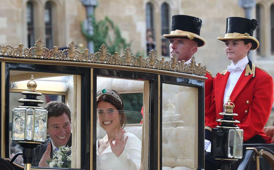 Princesa Eugenie de York da Grã-Bretanha e o marido Jack Brooksbank andam de carruagem após o casamento na capela de St George, no Castelo de Windsor.