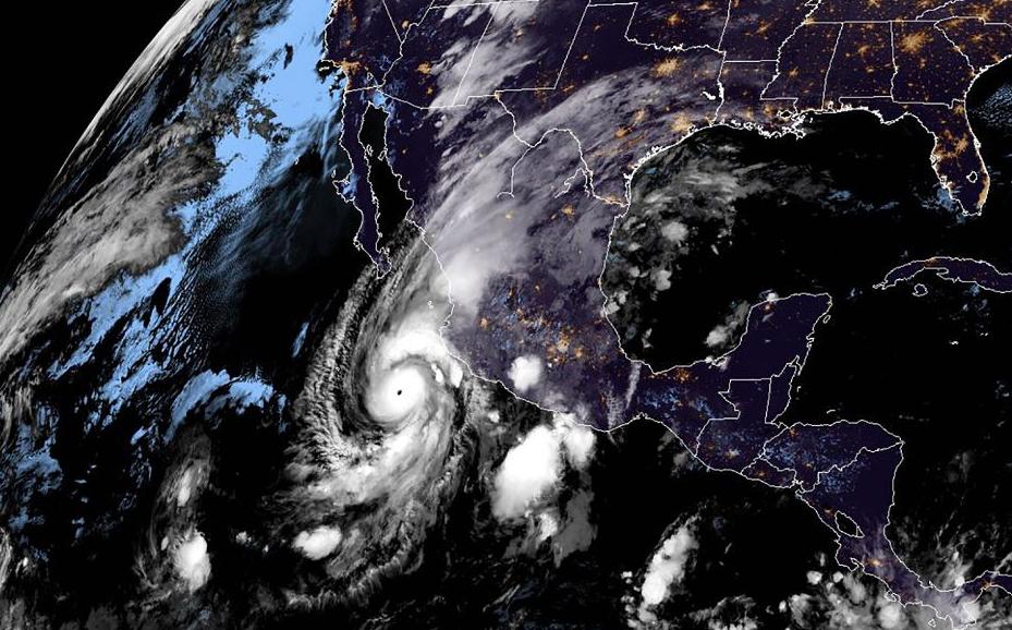 Imagem do satélite NOAA/RAMMB mostra a chegada do furacão Willa à Costa do Pacífico do México. O Willa trará uma tempestade de nível quatro, com mares, ventos e chuvas fortes.