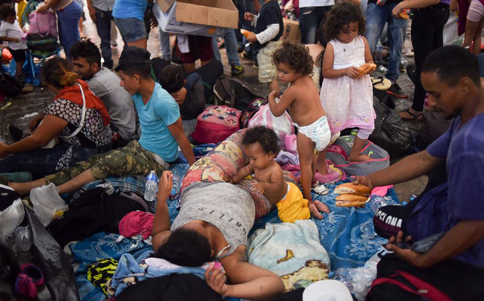 Migrantes hondurenhos indo em caravana para os EUA, descansam na praça principal de Tapachula, estado de Chiapas, no México.