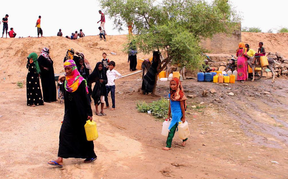 Iemenitas deslocados de sua terra enchem os recipientes com água em um acampamento numa aldeia a norte do distrito de Abs, na província de Hajjah. Quase 10.000 pessoas foram mortas e mais de 56.000 feridos desde 2015.