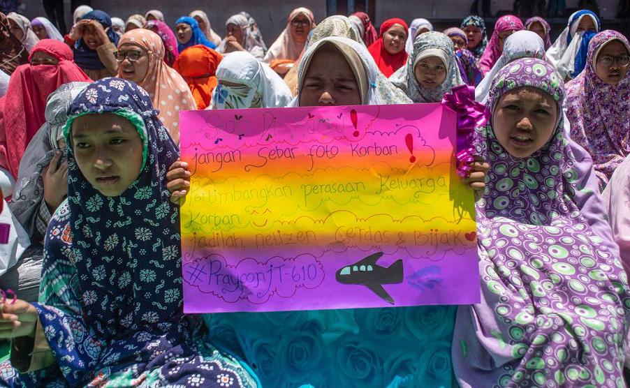 Crianças de Surabaia na Indonésia pedem que as pessoas parem de postar fotos das vítimas do acidente com o avião JT 610 da Lion Fly que caiu no mar com 189 pessoas a bordo.