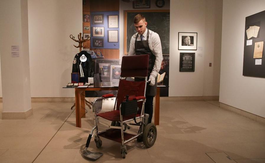Cadeira de rodas motorizada que pertencia ao falecido físico britânico Stephen Hawking com um preço estimado entre 10 e 15 mil libras durante uma chamada para a venda de itens pessoais de Hawking na casa de leilões Christie, Londres