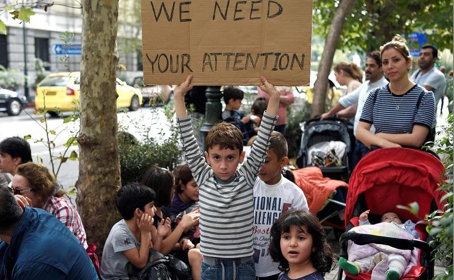 Refugiados iranianos protestam em frente do Ministério dos Negócios Estrangeiros em Atenas, exigindo seus direitos e um rápido processo de asilo.