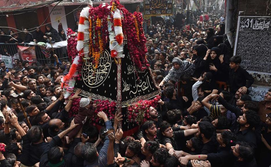 """Muçulmanos xiitas paquistaneses participam da procissão do """"Arba'een"""", em Lahore, quando termina o período de luto de 40 dias em lembrança à morte do neto do profeta Mohammed Imam Hussein em 680 D.C., na batalha de Karbala."""