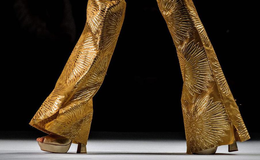 Um modelo exibe uma criação da coleção J.Queen por Xie Jiaqi durante a semana de moda da China em Pequim