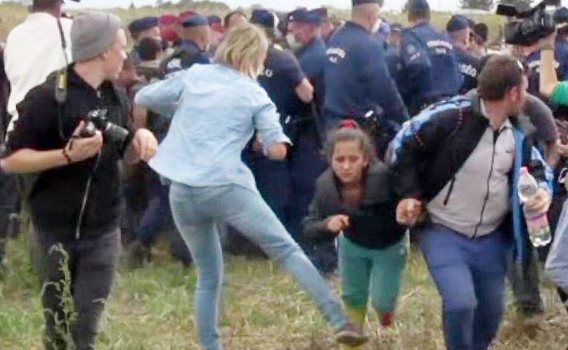A cinegrafista húngara, Petra Laszlo, que chutou uma criança migrante que foi demitida após chutar uma criança em 2015, duranterante uma reportagem que fazia, foi absolvida hoje pelo Supremo Tribunal Húngaro.