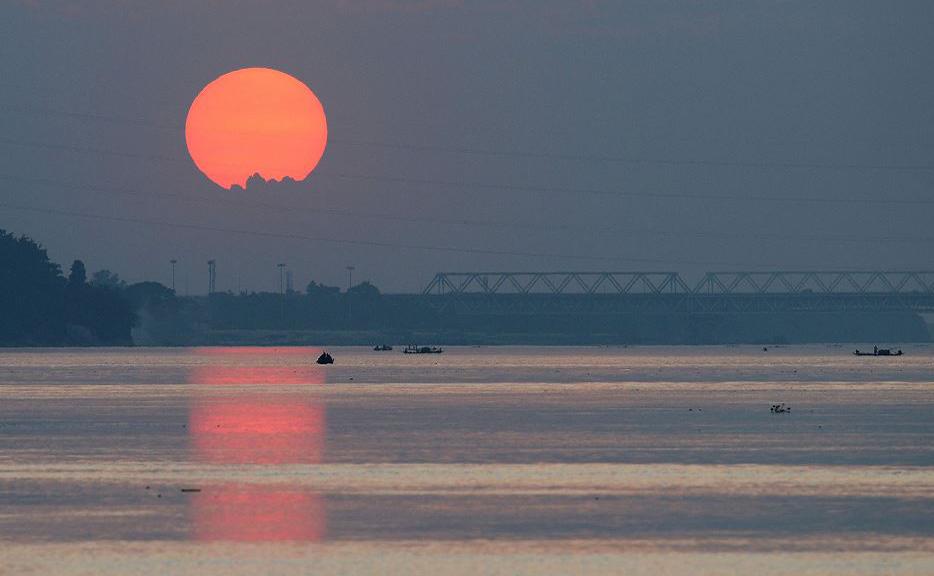 Pôr do sol em Guwahati, na Índia