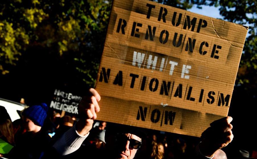 Norte –americanos protestam contra o Presidente Donald Trump em frente à Congregação da Árvore da Vida em em Pittsburgh, Pensilvânia, onde 11 pessoas foram mortas por atirador.