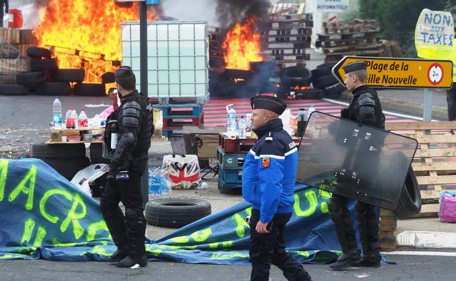 """Manifestação dos chamados """"coletes amarelos"""" num depósito de combustível de Port-La-Nouvelle, na França Oriental, contra os elevados preços dos combustíveis"""