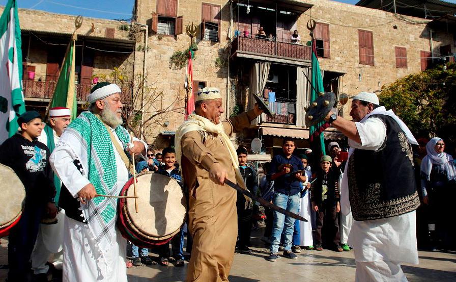 Libaneses e sírios, sufistas e muçulmanos participam de uma cerimônia ritual para marcar o nascimento do profeta Mohammed, ao sul da cidade de Sidon